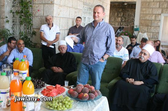 مدير مكتب رئيس الحكومة الإسرائيلية، هارئيل لوكر، في زيارة للشيخ طاهر أبو صالح في وقت سابق هذا العام