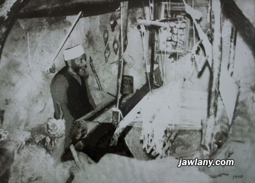 أرسلت من قبل السيد هايل يوسف الصباغ الشخص في الصورة هو المرحوم الشيخ أبو اسماعيل يوسف الصباغ يعمل على النول، ويعتقد أن الصورة التقطت في أواخر الثلاثينات من القرن الماضي