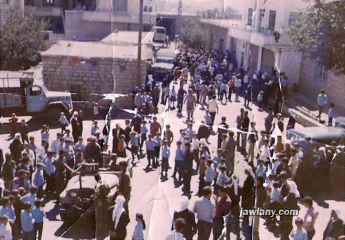 أرسلت من فواز الصفدي التقطت في 28\09\1970 في ساحة مجدل شمس. المئات خرجوا إلى الشوارع مع ذياع خبر وفاة جمال عبد الناصر وعمت المظاهرات العفوية جميع قرى الجولان