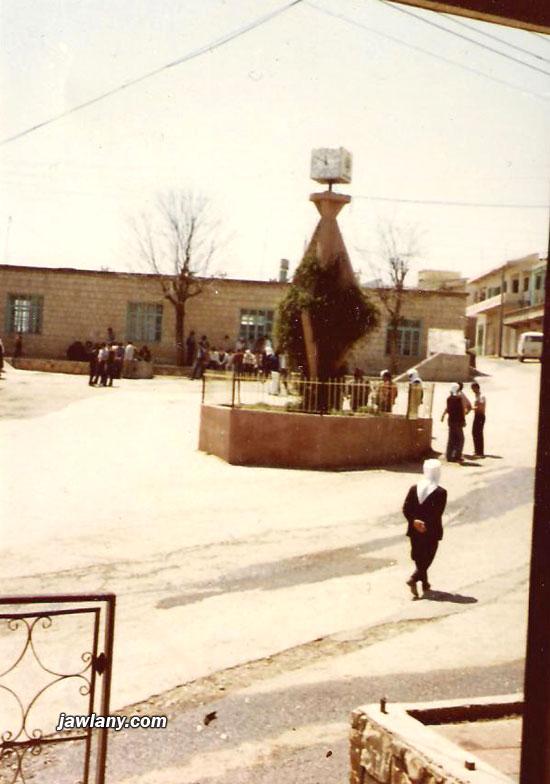 """أرسلت من سلامة أبو صالح الصورة لساحة سلطان الأطرش في مجدل شمس، وقد كتبت على ظهرها العبارة التالية: """"ساحة المجدل خلال الشهر الرابع من الإضراب 1982"""""""